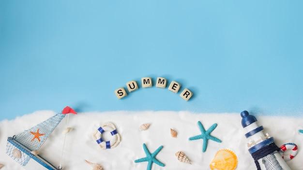Texto para o verão. vista superior da decoração marinha sobre fundo azul. conceito náutico. Foto Premium
