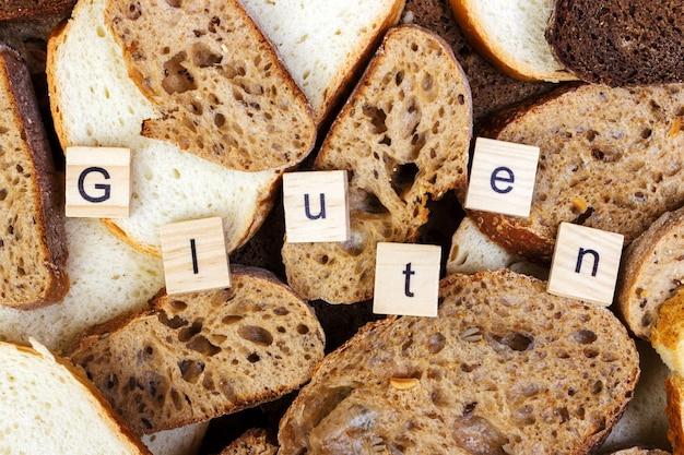 Texto sem glúten. pão cortado na parte superior da tabela, conceito sem glúten. pão caseiro sem glúten para pessoas com alergia Foto Premium