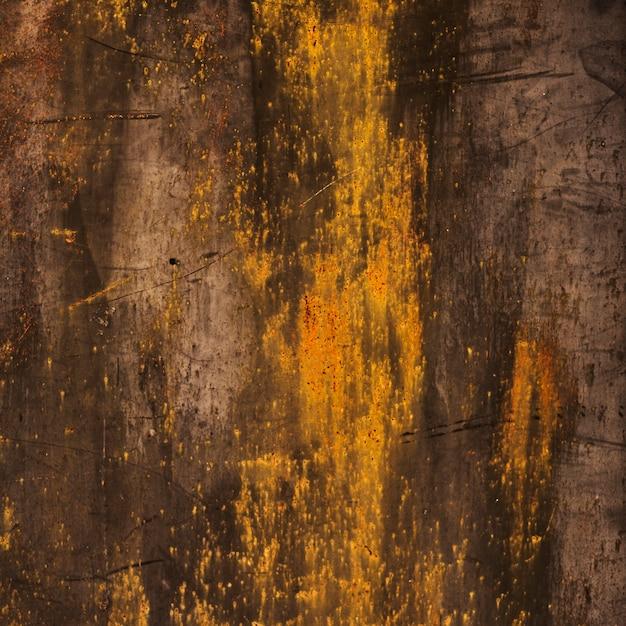 Textura de madeira queimada com manchas douradas Foto gratuita