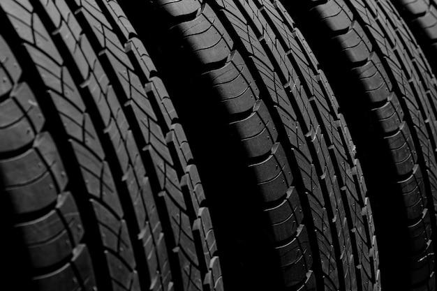 Textura de pneu novo no escuro para o fundo Foto Premium