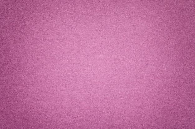 Textura do fundo de papel roxo velho, close up. estrutura de papelão denso. Foto Premium