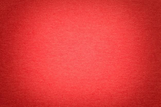 Textura do fundo de papel vermelho brilhante velho, close up. estrutura de cartão denso. Foto Premium