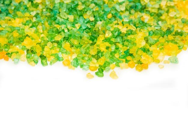 Textura do sal verde e amarelo para o banho. sal no fundo branco. isolado no branco Foto Premium