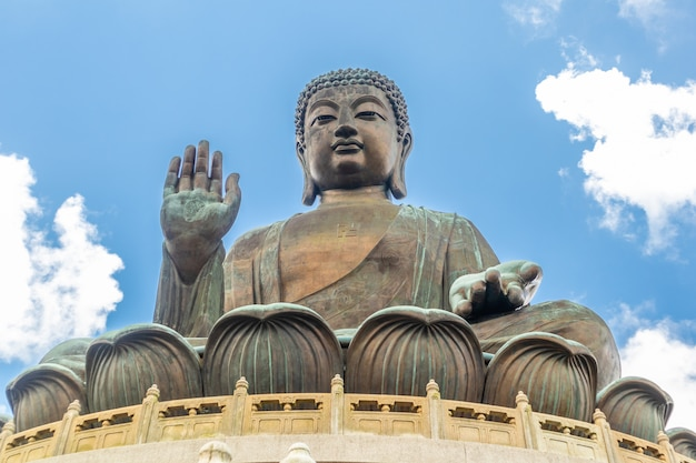 Tian tan buddha, budda grande, o enorme tian tan buddha no monastério do po lin em hong kong. Foto Premium