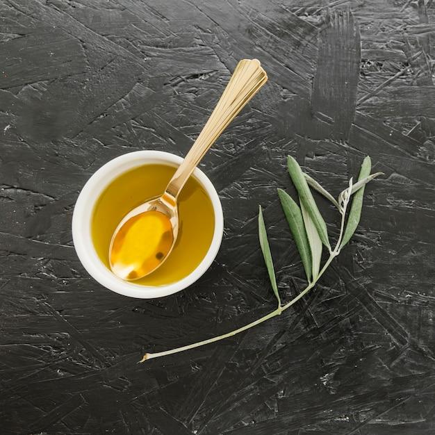 Tigela com azeite e colher Foto gratuita