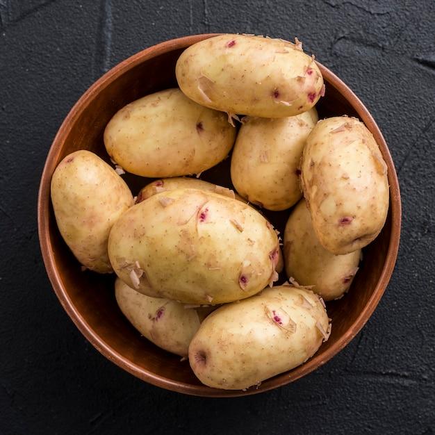 Tigela com batatas na mesa Foto gratuita