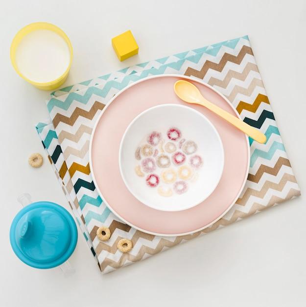 Tigela com cereais e leite na mesa Foto gratuita