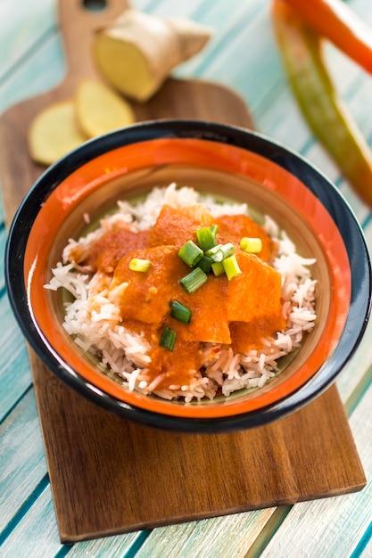 Tigela com curry a bordo Foto gratuita
