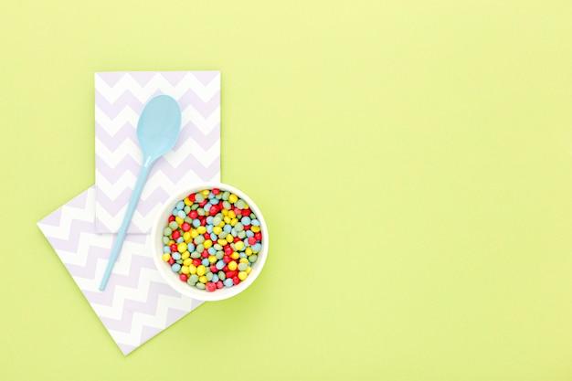 Tigela com doces para festa Foto gratuita