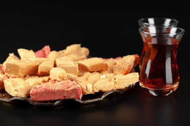Tigela com pedaços de lokum delícia turca e chá preto Foto Premium