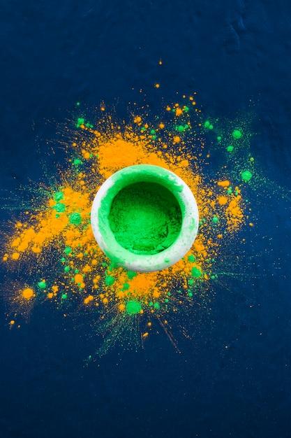 Tigela com pó verde brilhante na mesa Foto gratuita
