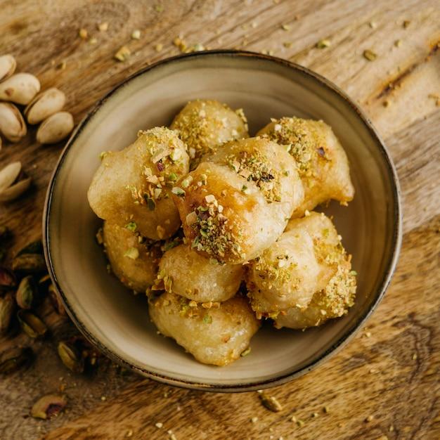Tigela com vista de cima e comida paquistanesa Foto gratuita