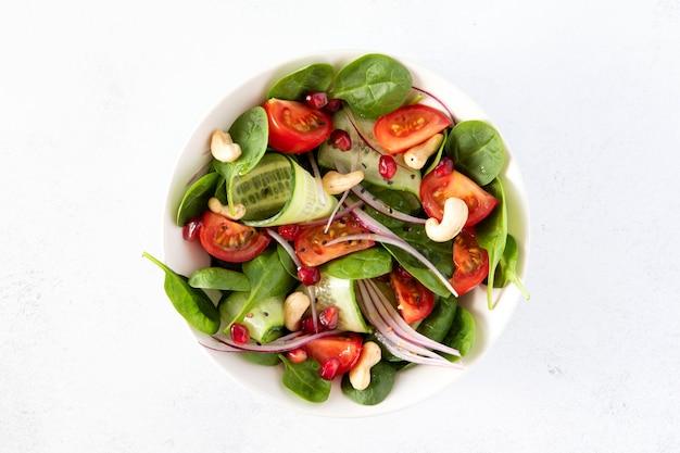 Tigela de almoço vegetariana saudável com salada Foto Premium
