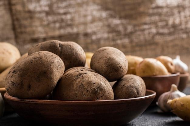 Tigela de ângulo alto com batatas Foto gratuita