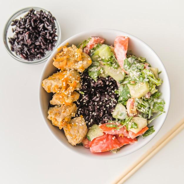 Tigela de arroz com frutos do mar e legumes Foto gratuita