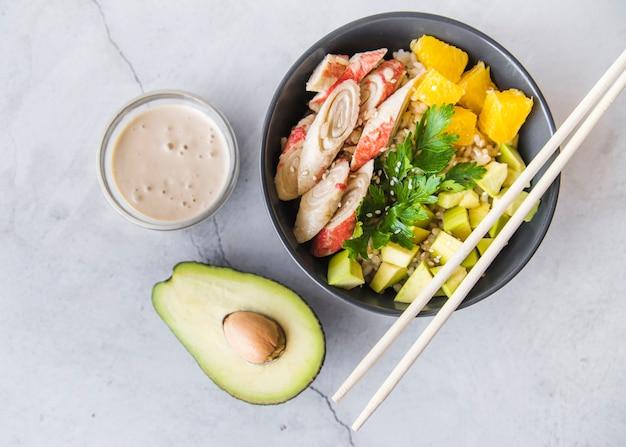 Tigela de arroz com molho e abacate Foto gratuita