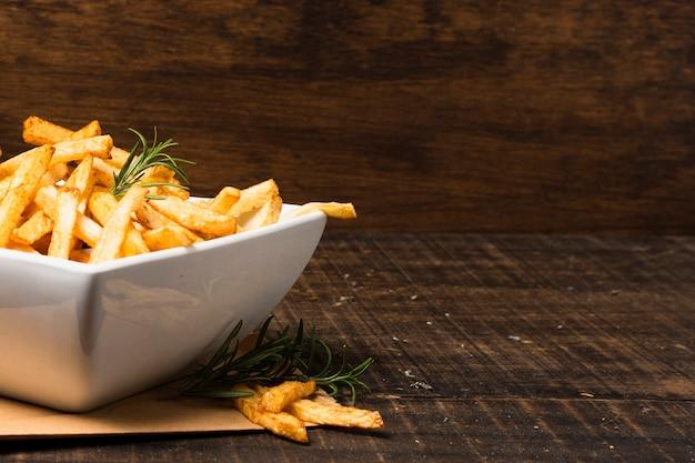 Tigela de batatas fritas com espaço para texto Foto gratuita