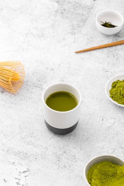 Tigela de cerâmica close-up com chá matcha Foto gratuita