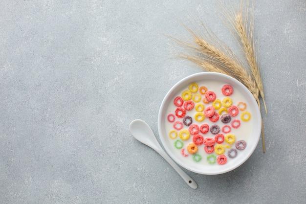 Tigela de cereal colorido com leite e trigo Foto gratuita