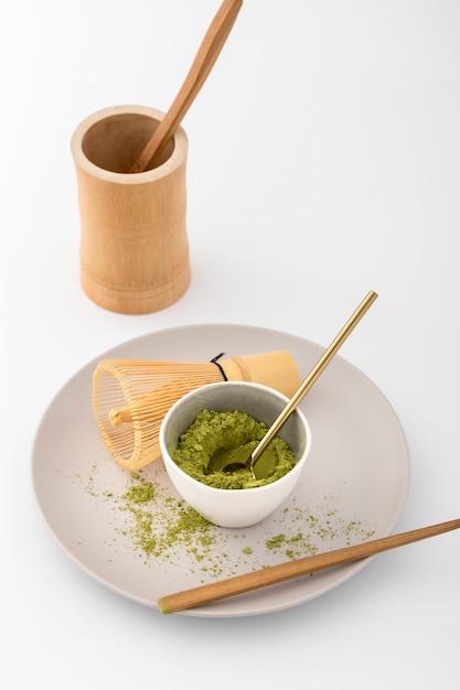 Tigela de close-up com pó de matcha em um prato Foto gratuita