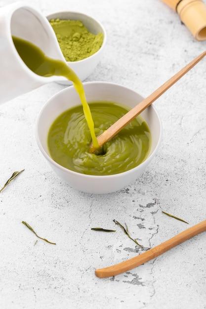 Tigela de close-up com saboroso chá matcha Foto gratuita