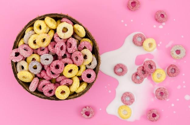 Tigela de close-up de cereais no fundo rosa Foto gratuita