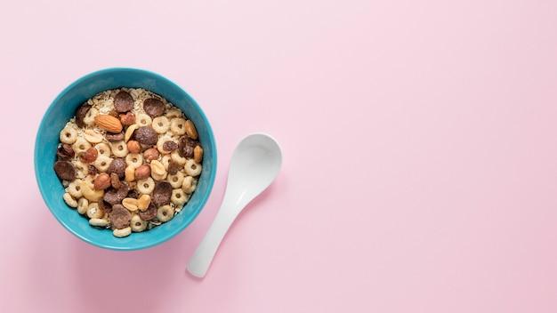 Tigela de cópia-espaço com cereais Foto gratuita