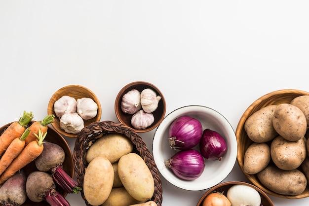 Tigela de cópia-espaço com legumes Foto gratuita