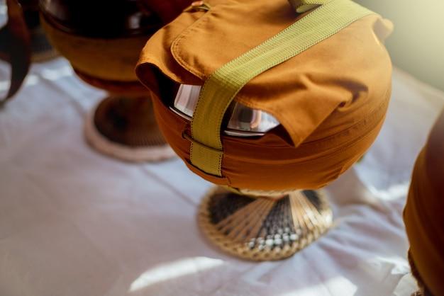 Tigela de esmolas de monge em cima da mesa com iluminação. Foto Premium