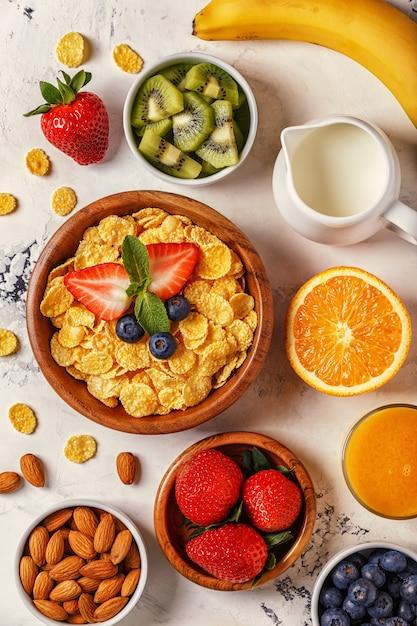 Tigela de flocos de milho com kiwi e frutas Foto Premium