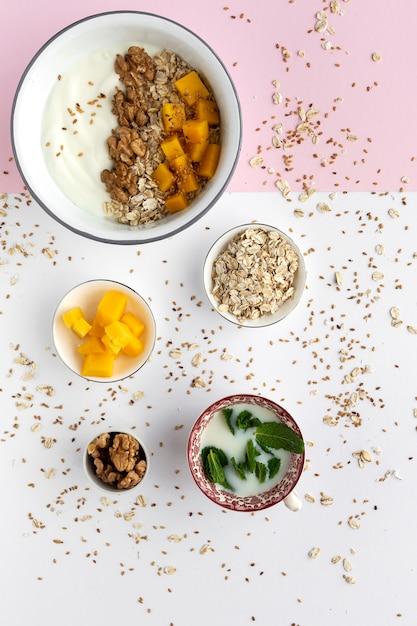 Tigela de granola caseira com iogurte e cereais Foto Premium
