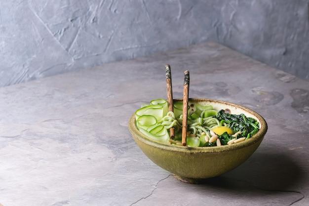 Tigela de macarrão verde Foto Premium
