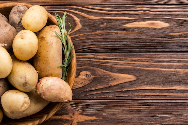 Tigela de madeira com batatas Foto gratuita