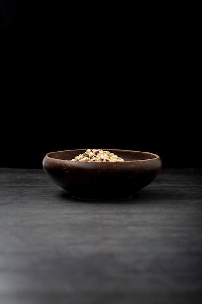 Tigela de musli em um fundo preto Foto gratuita