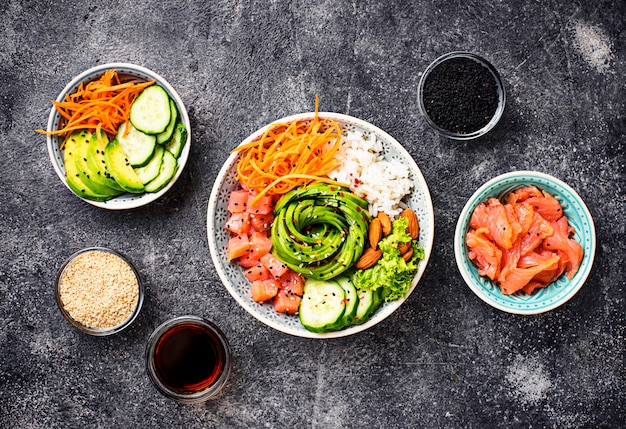 Tigela de picar havaiano com salmão, arroz e legumes Foto Premium