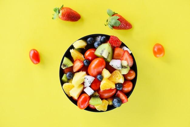 Tigela de salada de frutas frutas e legumes frescos de verão alimentos orgânicos saudáveis Foto Premium