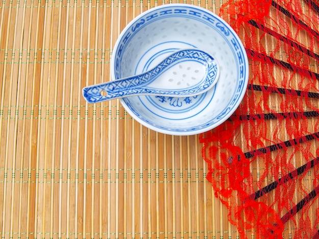Tigela de sopa com ventilador vermelho no bambu Foto Premium