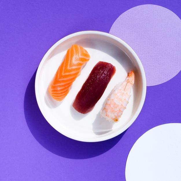 Tigela de sushi em um fundo azul e branco Foto gratuita