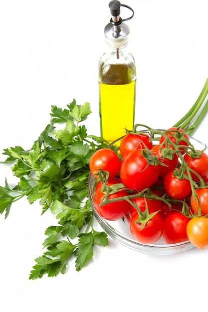 Tigela de vidro com tomates frescos e salsa Foto Premium