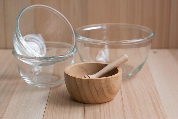 Tigela de vidro e de madeira e utensílios de cozinha Foto Premium