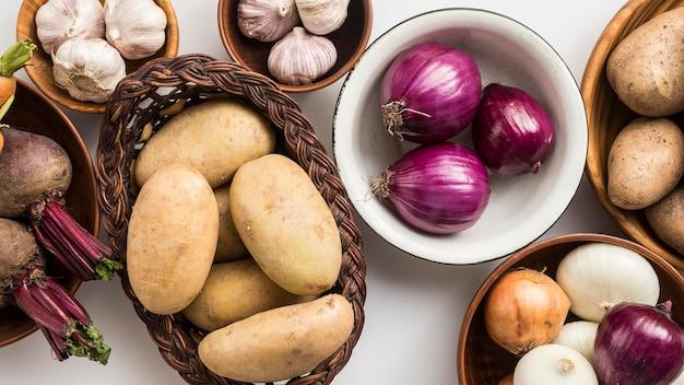 Tigela de vista superior com legumes Foto gratuita