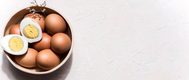 Tigela de vista superior com ovos e cópia-espaço Foto gratuita
