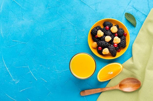 Tigela plana de frutas frescas e frutas com copyspace Foto gratuita