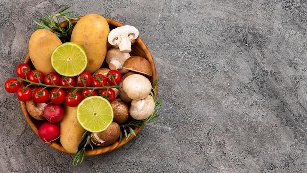 Tigela plana leiga com legumes deliciosos Foto gratuita