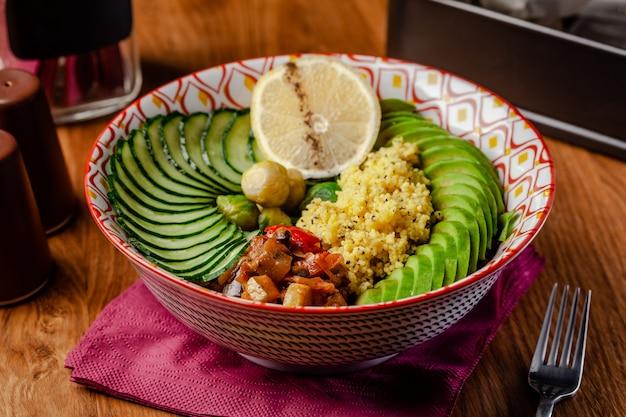 Tigela vegetariana no café da manhã de cuscuz de mingau. Foto Premium
