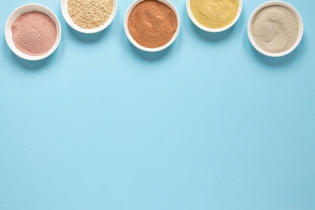 Tigelas cheias de areia colorida copiam espaço Foto gratuita