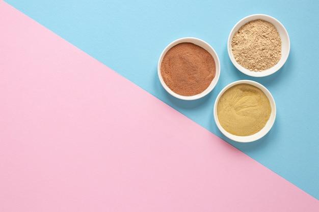 Tigelas com areia colorida Foto gratuita