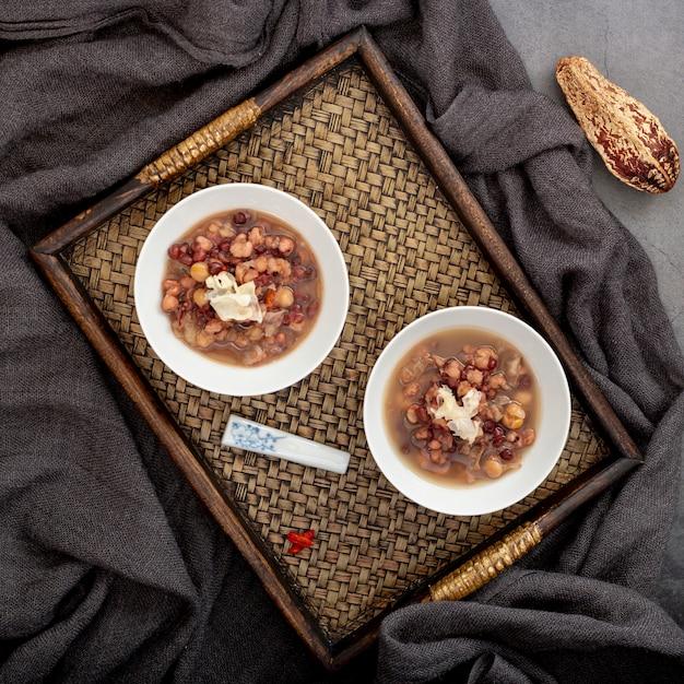 Tigelas de sopa de feijão branco em uma mesa de madeira Foto gratuita