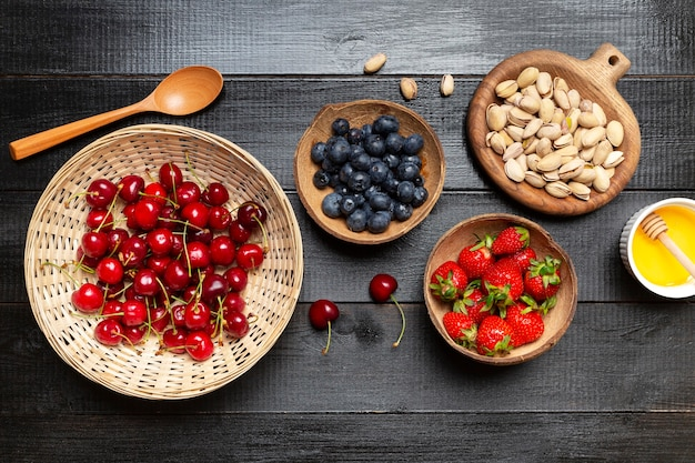 Tigelas de vista superior com frutas Foto gratuita