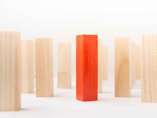 Tijolo de madeira vermelho cercado por close-up normais Foto gratuita